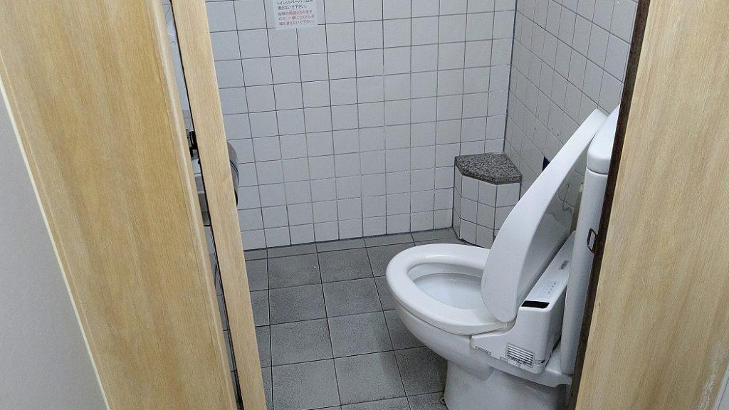 ななめトイレ